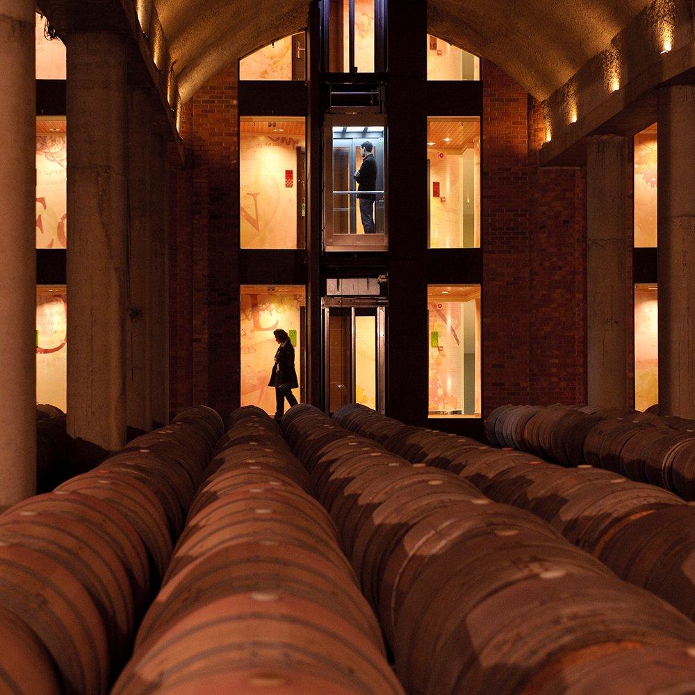 Sala de barricas del hotel bodega Eguren Ugarte situada en Laguardia. Vino Rioja y buena comida. Eventos y bodas.