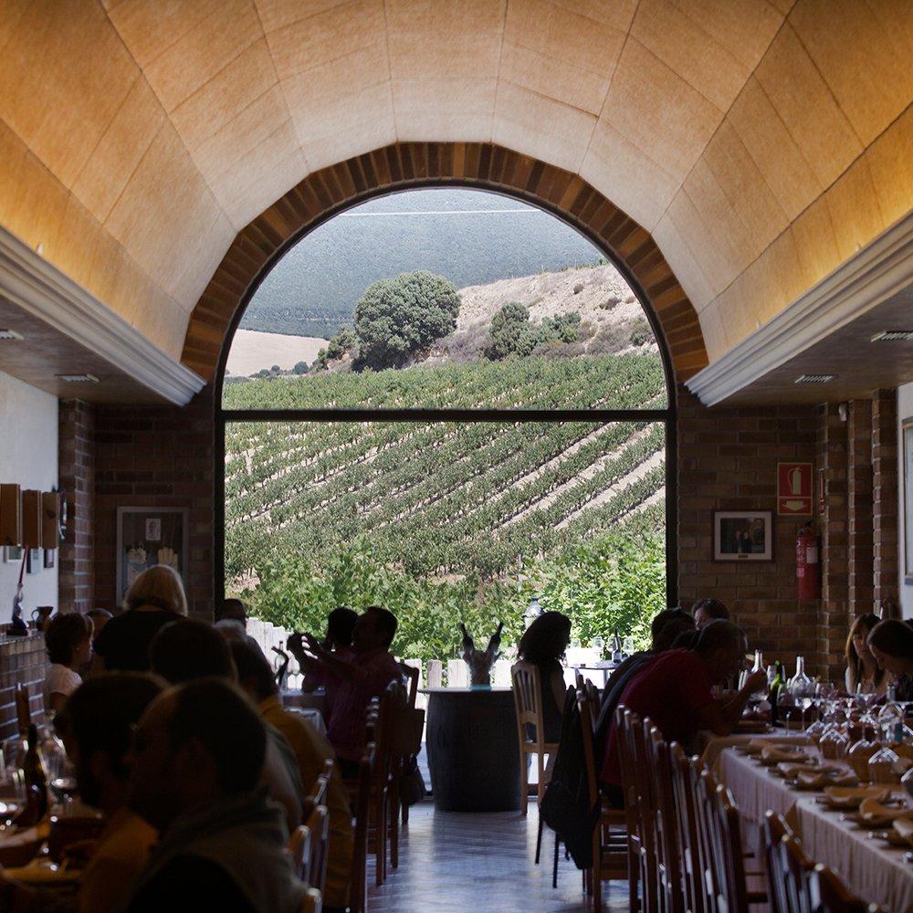 Comedor del hotel bodega Eguren Ugarte situada en Laguardia. Vino Rioja y buena comida. Eventos y bodas.