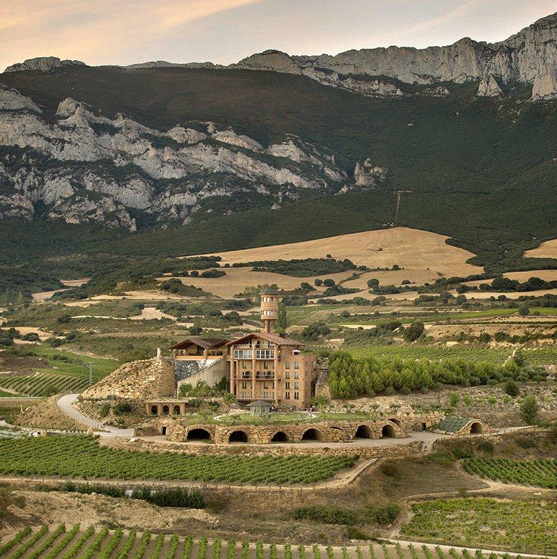 Vistas de la bodega y hotel Eguren Ugarte en Rioja Alavesa