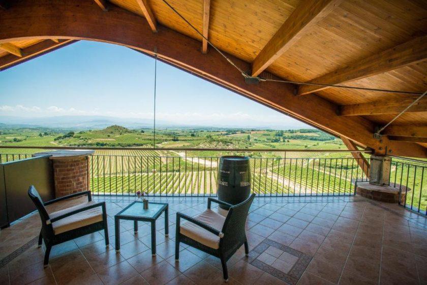 Habitación Doble Premium, bodega hotel en Laguardia. Con terraza y vistas a los viñedos.